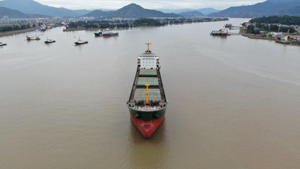 1万吨散货船