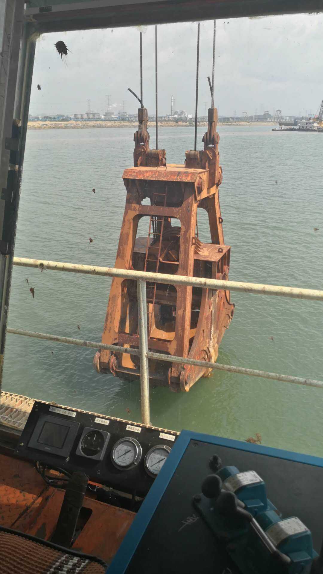 出售18方抓斗式挖泥船及1200方开体驳