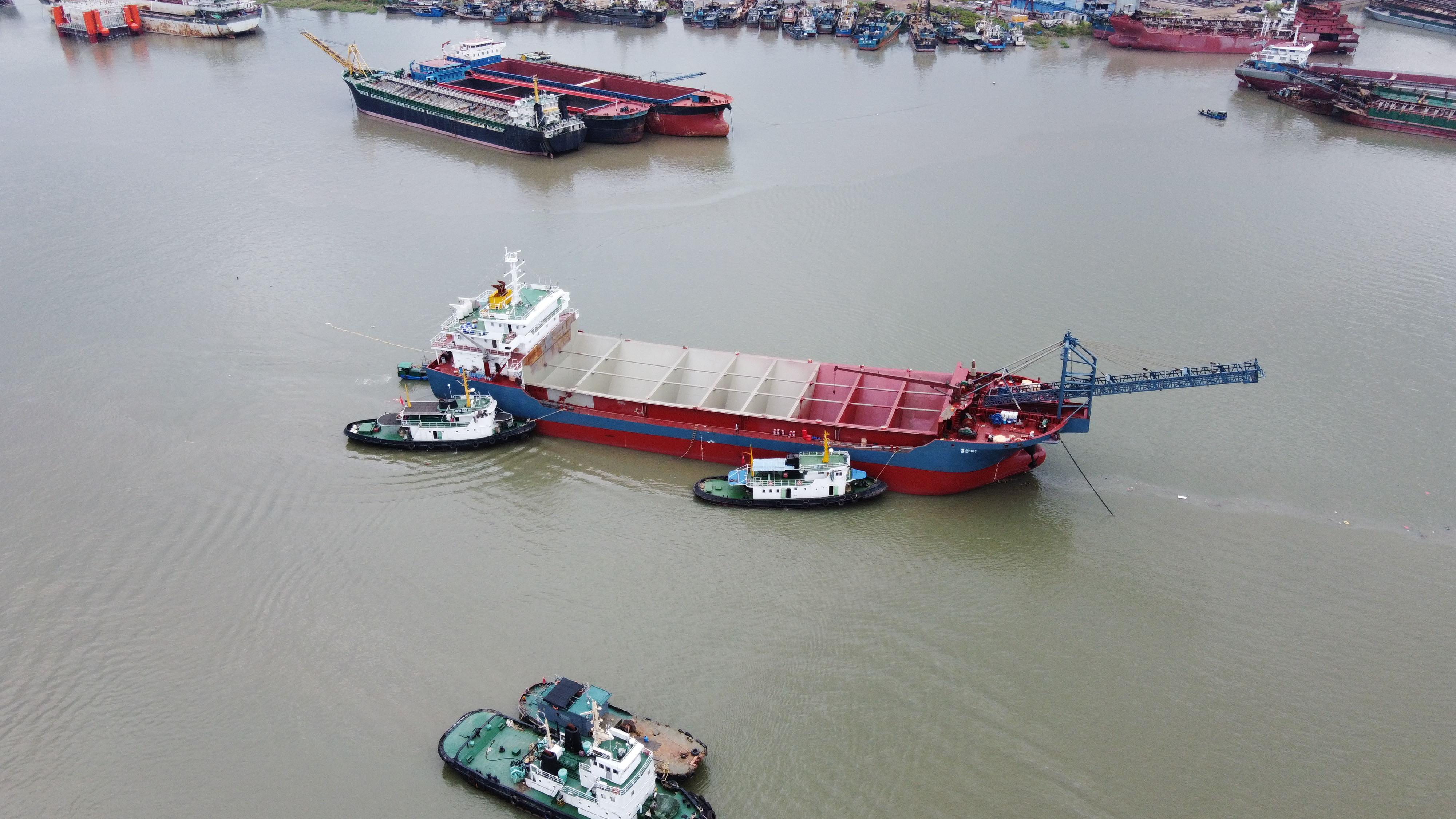 新建造砂船下水