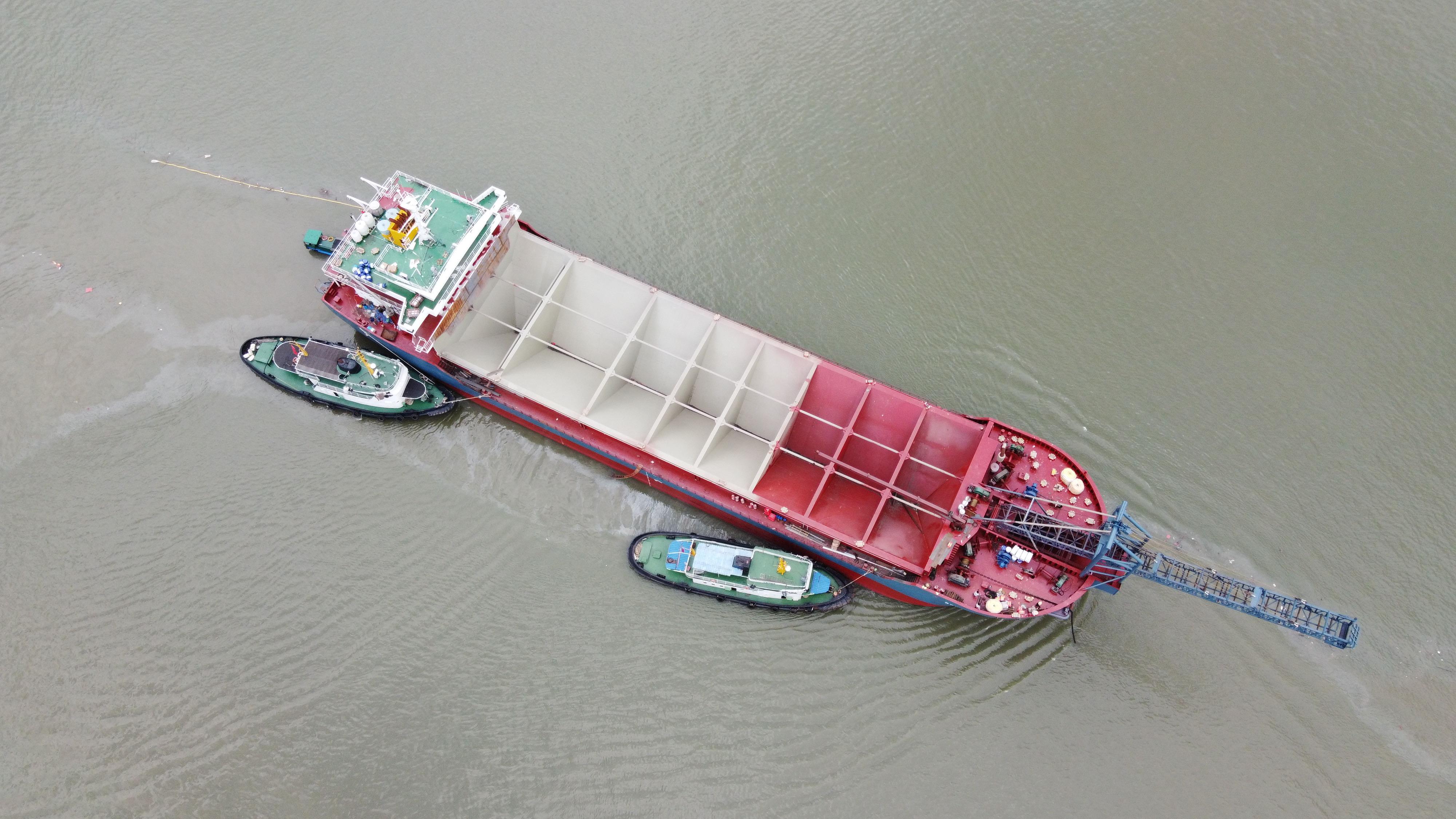 新建造砂船下水2