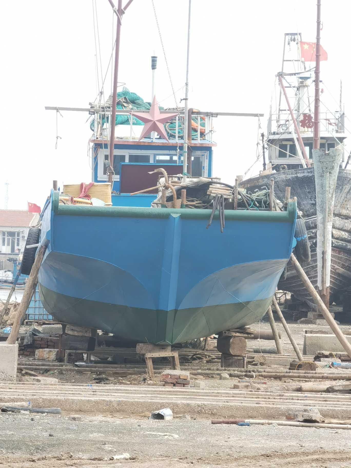 八万多卖   长16米  宽4米   深1.1米 三年船  18632653078